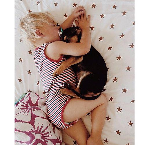 Lei si chiama Jessica Shyba e il suo Instagram è diventato seguitissimo negli ultimi tempi. Tutte le sue fotografie sono incentrate sui suoi cuccioli Theo e Beau (cucciolo di cane e cucciolo di uomo) che dormono teneramente insieme. Queste fotografie ritraggono i due a partire da un anno fa, quando il cane Theo era solo…