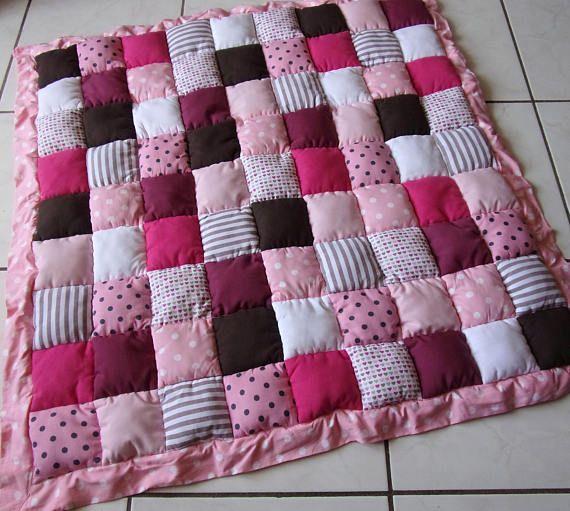 Tapis de jeu bébé en patchwork rose blanc, tapis de parc pour fille, tapis d'éveil bébé en patchwork, tapis de parc patchwork rose marron, tapis bébé girly, déco chambre rose et marron