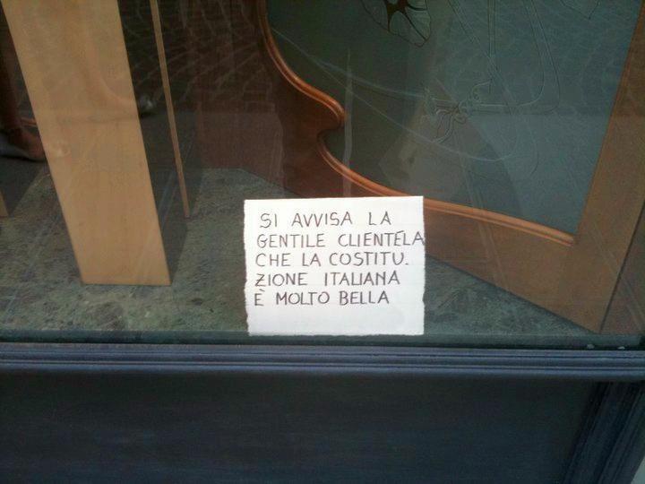 Mi hanno segnalato questo cartello comparso nella vetrina di un negozio di Udine... Semplicemente bello! - 6 luglio 2010