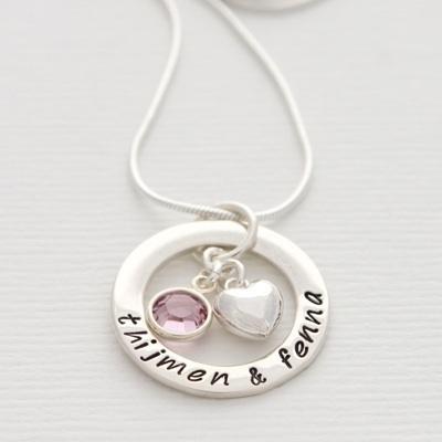 Deze ketting met de naam van je kind(eren) is een sieraad dat je nog jaren zult koesteren.    De moederketting is helemaal van echt zilver en de ge...