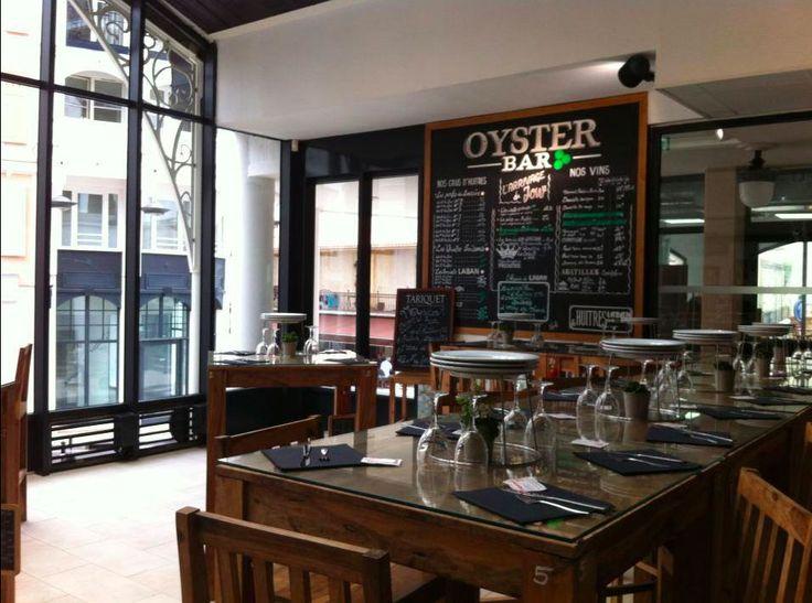 Le bar à huîtres « Oyster bar » du Marché d'Arcachon vous accueille(sans réservation) toute l'année.