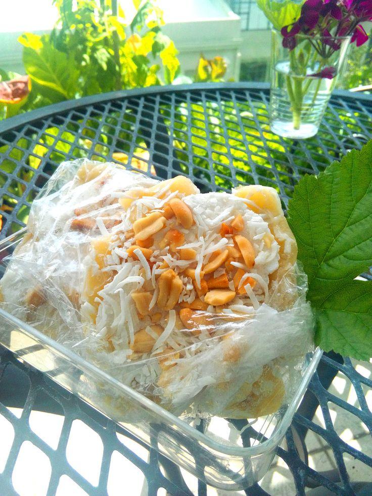 バナナココナッツアイス ★ベトナム ベトナムスイーツ「Kem chuối (ケムチュオイ)」はバナナとココナッツのひんやりデザートです♪砂糖なしで作れます。 朝霧高原 材料 (4個) バナナ 1本 ココナツクリーム(ココナツミルク) 大さじ8 ピーナッツ 適量 ココナツフレーク 適量 作り方 1 バナナを4等分に切る。 2 ピーナッツを砕く。袋に入れて麺棒で叩くと簡単です。 3 バナナ1切れをラップに載せ、ラップを半分に折り、バナナを平たくつぶす。 4 ココナツクリーム大さじ2をバナナに均一に塗る。 5 砕いたピーナッツとココナツフレークをパラパラとかける。 6 ラップで包んで、冷凍庫へ。凍ったら完成! 食べる時は、ラップをむいて、そのままかじって下さい♪ コツ・ポイント バナナの甘味のみのデザートなので、バナナはしっかり熟れたものがオススメ。 ココナツクリームは、水分と油脂に分離している場合は、油脂の方を塗って下さい。塗りにくいと思うので、ラップをかぶせて手で押して広げると良いと思います。 レシピの生い立ち…