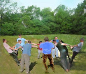 Bei diesem Outdoor Modul steht eine gerade Anzahl von Teilnehmern an den Händen gefasst im Kreis.