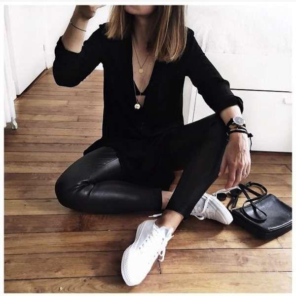 Abbinare le scarpe ai pantaloni di pelle - Sneakers bianche con pantaloni di pelle e maglietta scollata