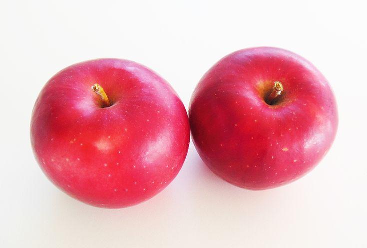「シナノピッコロ」 平成18年に登録された、長野県生まれのリンゴ。 「ゴールデンデリシャス」+「あかね」を掛け合わせて育成された品種です。 手のひらサイズの大きさで、甘酸っぱくシャキシャキとした歯ごたえ。 丸かじりで食べていただきたいリンゴです。