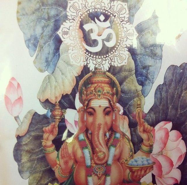Ganesha es el símbolo de aquel que há descubierto a la divinidad dentro de sí mismo. El representa el perfecto equilibrio entre las energías masculina y femenina (Shiva-Shakti), entre fuerza y bondad y entre fuerza y belleza.  Elimina todos los obtaculos de nuestro camino material y espiritual, otorga prosperidad y fortuna en todos los ambitos de nuestra vida.