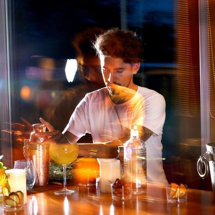 Pasión por la coctelería: un adelanto de este proyecto en el que vengo trabajando como bartender. Avanzando de la mano de este gran fotógrafo que tiene la ciudad de Rosario @gustavogoni  Pronto podrán ver más imágenes que combinan el equilibrio y la sofisticación en una misma copa.    #bartender #barman #bar #cocktail #drink #coteleria #vodka #gin #campari #ron #author #argentina