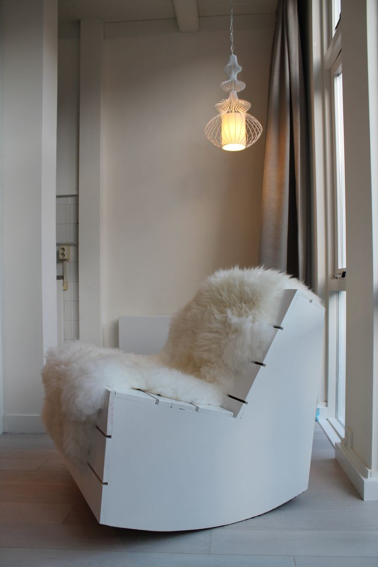 Eigen Huis en Tuin | Praxis. Een wit stoeltje met een vacht eroverheen. Deze stoel kun je zelf ook maken!