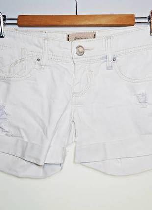 Bonito pantalón corto de color blanco con roturas a modo de decoración. Un fondo de armario imprescindible.  Compra mi artículo en #vinted http://www.vinted.es/ropa-de-mujer/pantalones-cortos/311456-pantalon-corto-blanco-de-stradivarius-34