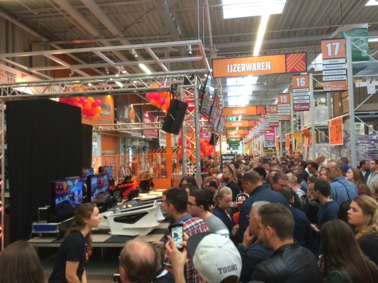 Busy times at the Hornbach - Max Verstappen competition! Semi-finals in Geleen with Max Verstappen as special guest and Olav Mol for live coverage.. #F1 #Hornbach #GoMax #Verstappen #Bernax #Simulator #Simracing