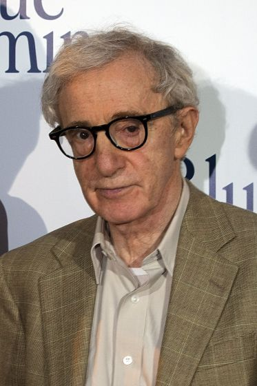 Woody Allen: Der kultige Kauz - Schmächtig, 1,65 Meter groß, Brillen mit dicken, dunklen Rändern. Äußerlich betrachtet ist Woody Allen, der gestern seinen 80. Geburtstag gefeiert hat, das Gegenteil eines Hollywood-Stars. Doch genau darin begründet sich die Zuneigung seiner Fans. Mehr zur Person: http://www.nachrichten.at/nachrichten/meinung/menschen/Woody-Allen-Der-kultige-Kauz;art111731,2047599 (Bild: EPA)