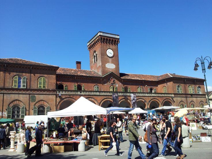Piazza Borgo Dora il mercato dell'antiquariato del #Gran #Balon ogni seconda domenica del mese. Una delle tappe della #visita #guidata alla scoperta di #Borgo #Dora
