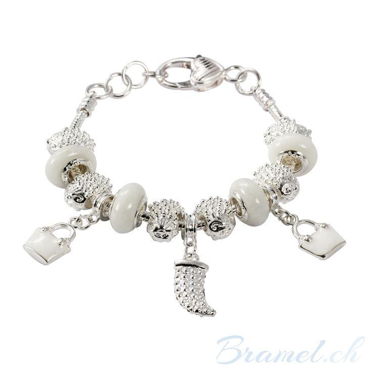 Charm Armband mit Kristallen und Haifischzahn - http://bramel.ch/accessoires-shop/armband/charm-armband-mit-kristallen-und-haifischzahn/ http://bramel.ch/wp-content/uploads/2014/02/Armband-Charms-kristalle-mit-Haifischzahn-600x600.jpg