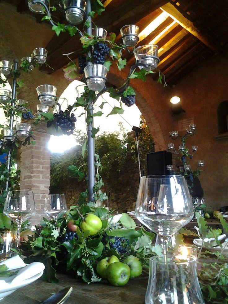 centrotavola  autunnale  su candeliere con frutta ed edera