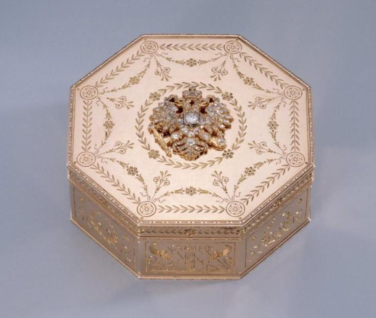 Fabergé octagonal box in red gold, workmaster August Holmstrom, engraved and set with jewels, decorated with a Russian Imperial double-headed eagle with a crown set with rose cut diamonds and two rubies. Also engraved with garlands of leaves, daisies, swags and stylized tassels.