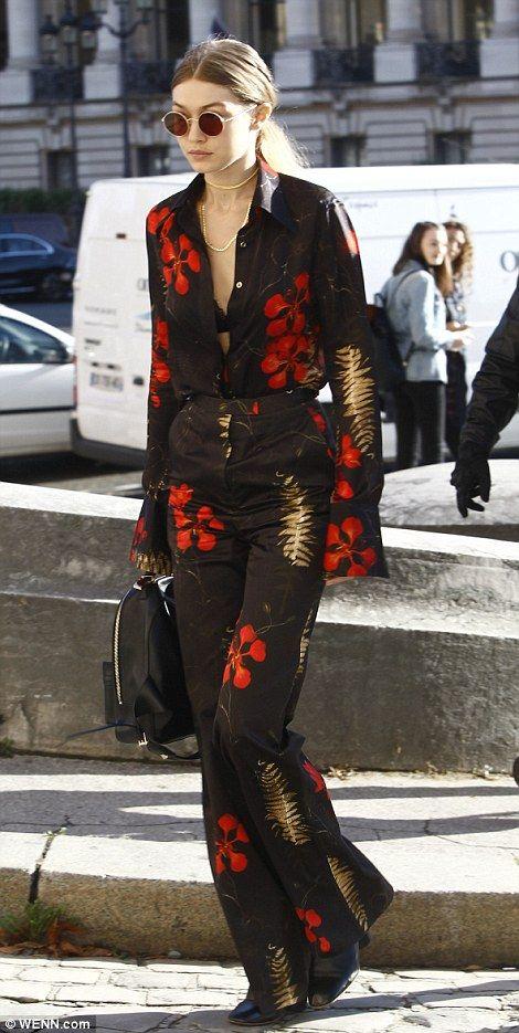 i Hadid también fue llamando la atención durante la Semana de la Moda de París.  Vestida con su camisa desabrochado, la belleza rubia mostró un atisbo de la escisión sin dejar de ser comedido como su sujetador de encaje negro se asomó a través del material