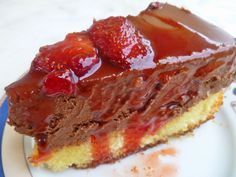 Μια φαντασική συνταγή για μια υπέροχη τούρτα μους σοκολάτα με καραμελωμένες φράουλες !!! Πηγή: http://mariplateau.blogspot.gr/2014/04/blog-post_28.html?utm