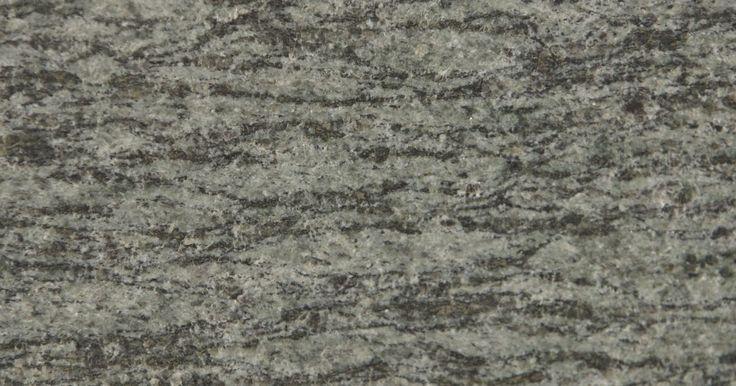 Propiedades de los tipos de granito. El granito es una forma de roca ígnea comúnmente utilizada como material de construcción. El granito se encuentra en la construcción de lápidas, aceras, edificios, monumentos, pisos y encimeras. Las propiedades físicas del granito, como la dureza, baja porosidad y baja permeabilidad, estabilidad térmica y abigarramiento, lo convierten en un ...