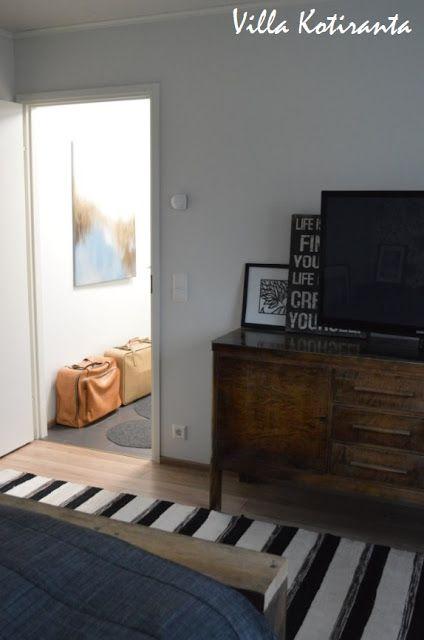 Nykyisen kotimme makuuhuone.  The bedroom of our current home. Vanha senkki tv-tasona, vanhat nahkaiset matkalaukut kätkevät sisäänsä valokuva-albumit. Old sideboard as tv -stand, old leather suitcases hides all the family photo-albums.