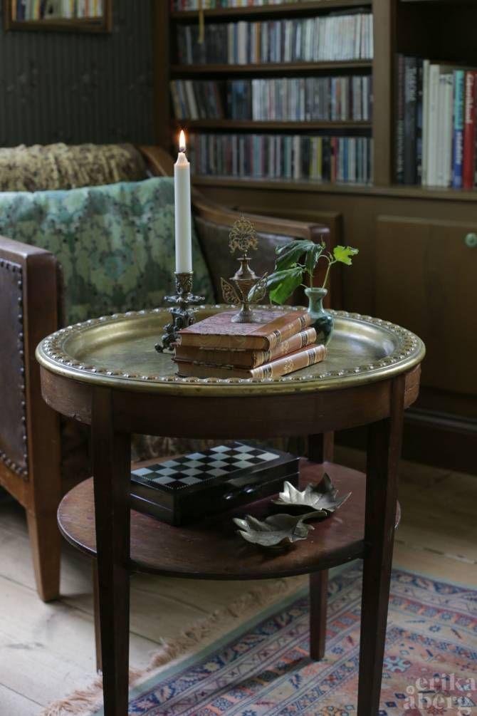Stilleben i mässing på gammelmormors rökbord. Foto: Erika Åberg
