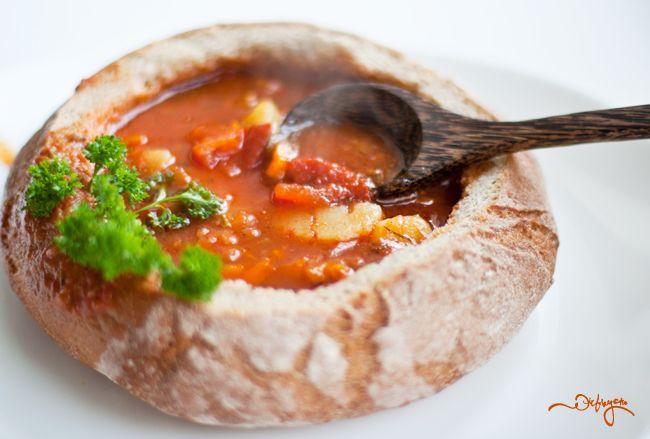 Суп в хлебной тарелке