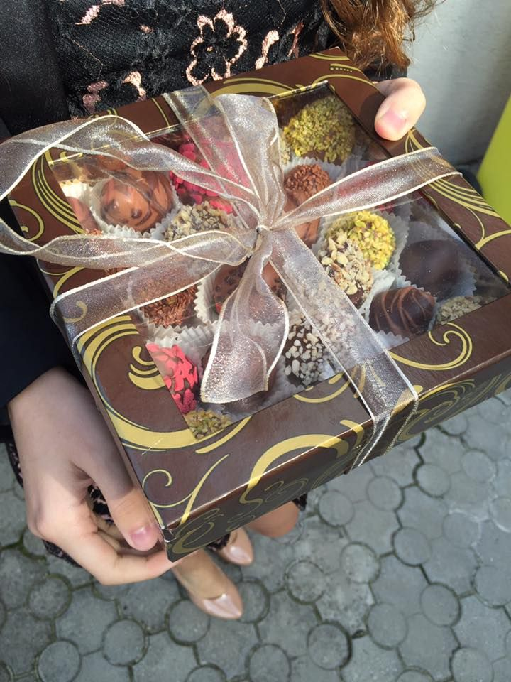 Eine Schachtel Obstschoko-Pralinen für besondere Anlässe. Ausgewählte Erdbeeren, grüne Apfel und süße Ananasstücke, alle handgefertigt und überzogen mit süßer belgischer Milchschokolade oder dunkler Schokolade.