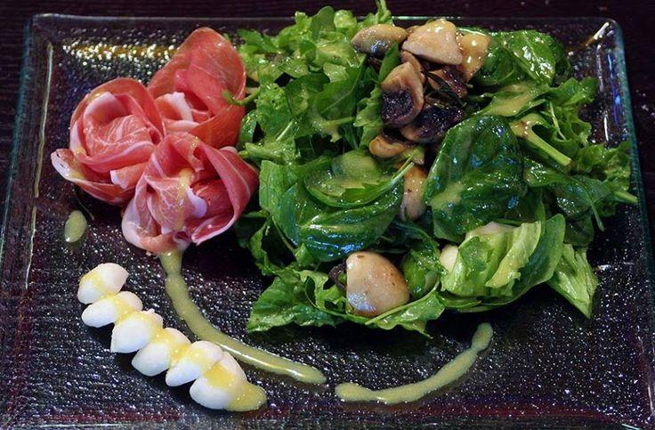 Green salad with sautéed mushrooms, pearl mozzarella, prosciutto and vinegar dressing from aromatic herbs!Paparouna Wine Restaurant & Cocktail Bar | Sunday's table!