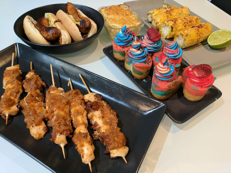 [Homemade] Mac & Cheese Chilli & Garlic Hotdogs with Bourbon Barbeque Sauce and Caramelised Onions Patriotic Heart Cakes - White Cake Batter & Coloured Buttercream Grilled Mexican Street Corn Bourbon & bacon Chicken Skewers (GF) #tonightsdinner #nofilter #homemade #yummy #veggie #topchefs