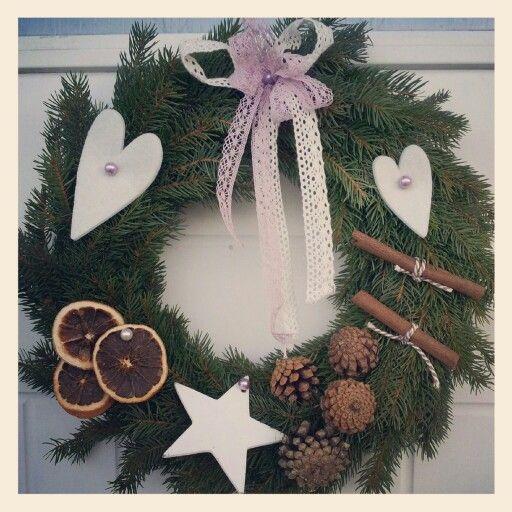 Julkrans i granris,  pyntad med kotta, kanelstänger, torkade apelsinskivor, filt hjärtan, trästjärna, ,spetsband och pärlnålar. . 250 kr