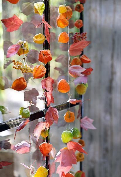 Deko aus Naturmaterialen. Herbstliche Girlanden aus Naturmaterialien für eine warme und farbenkräftige Hochzeitsdeko.