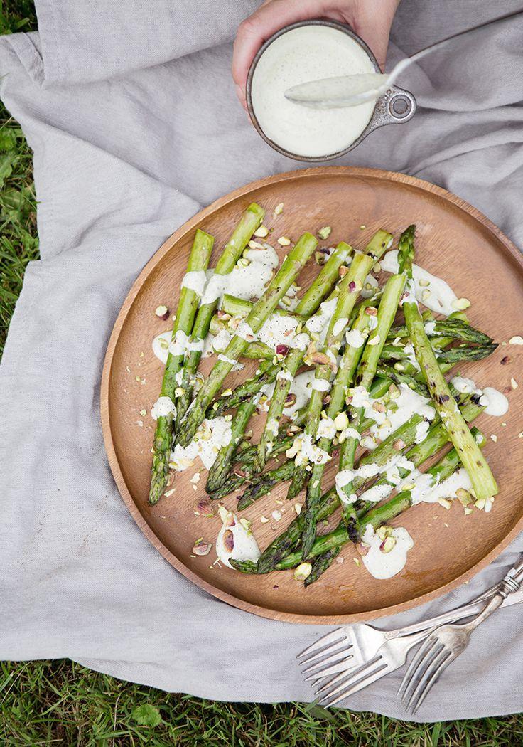Plutôt que de manger des croustilles à l'apéro, on peut se régaler d'asperges et être content. On peut aussi faire cette recette pour accompagner n'importe quelle grillade (poisson ou viande).