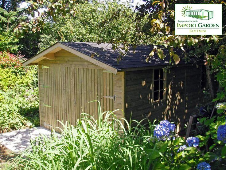 #Garage classique en bois parfaitement intégré au #jardin.