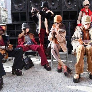 Meister der Inszenierung: Marc Jacobs präsentierte seine Kollektion auf den Straßen von NY, ohne Licht, ohne Musik, ohne viel Tamtam. Dafür las er die Klamotten selbst sprechen. Weite Jacken mit...