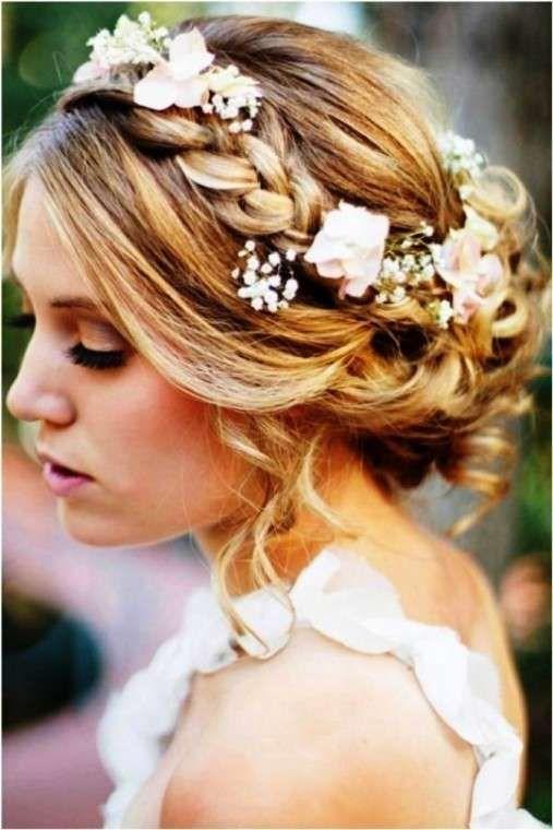 Peinados de novia para media melena: Fotos de los mejores - Peinado recogido con trenza y flores