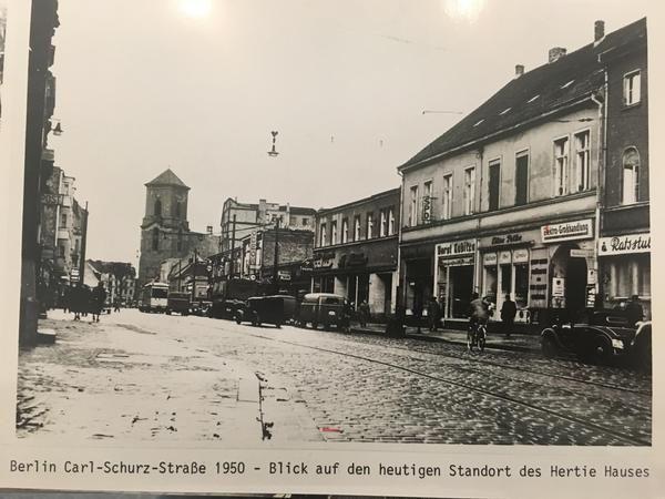 Elegant Carl Schurz Stra e in Spandau Rechts die Ratsstuben ein Haus mit SPD