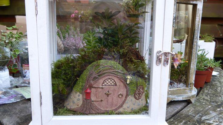 Hobbit hol van Miniature World in een wit windlicht. Afgewerkt met platmos