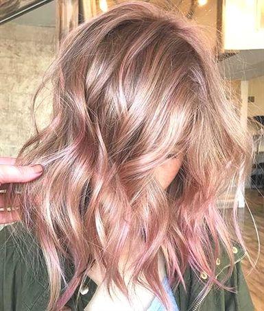 Wellenförmige und lockige Frisuren sind die beliebteste Frisur für Frauen im A…