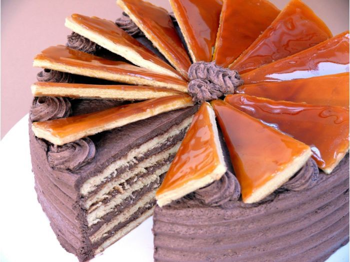 Dobos torta lapok sütése. A torta lapok elkészítéséhez nézd meg a receptem: https://www.sussvelem.com/piskota-recept/dobos-torta-lapok-sutese