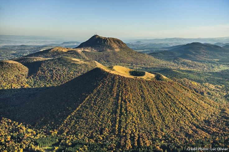 Le Puy de Côme avec son double cratère et le Puy de Dôme en arrière plan. Auvergne