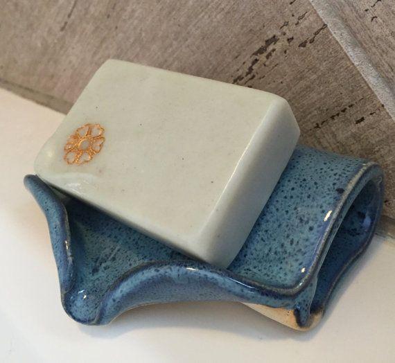 Construido a mano cerámica auto drenaje Jabonera es ideal para tus jabones hechos a mano artesanales. El plato tiene un ángulo de modo que el exceso de humedad del jabón drena fregadero en lugar de agrupación en el plato. Esto aumenta considerablemente la vida útil de los jabones hechos a mano. Plato puede hacer estallar en el lavavajillas para una limpieza fácil.  Plato de jabón es aproximadamente 5 profunda y amplia de 4.5 y trabajará con todas las formas de jabón. Plato es de cristal en…