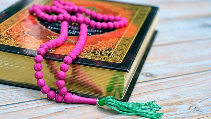 """El Mala es un collar de cuentas redondas talladas, anudadas por hilos y con un penacho en el punto de unión. Su nombre completo en sánscrito es Yapa Mala, la palabra """"yapa"""" quiere decir orar en voz baja, o murmurar oraciones. Es un elemento religioso que se utiliza para recitar mantras, o evocar el nombre de una deidad tanto en el hinduismo como en el budismo. Principalmente se emplea madera de tulasi o sándalo para su fabricación, pero no es algo estricto y también los hay de maderas de…"""