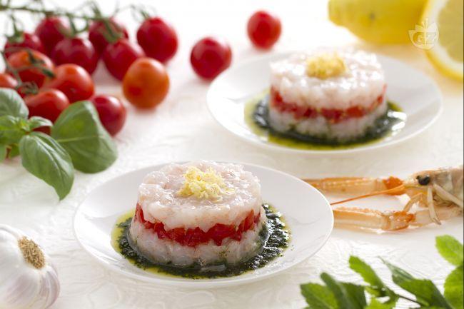 La tartare di scampi è un piatto fresco e leggero, che viene accompagnato da una salsa al basilico e menta e pomodorini ciliegini tagliati a dadini!