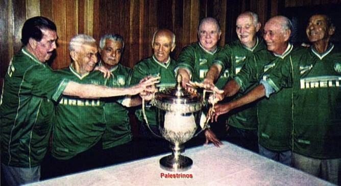 Jogadores do título de 1951 com o troféu da Copa Rio de Campeões.