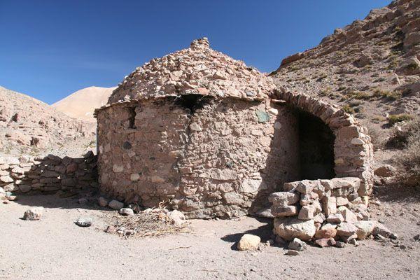 Vivienda Diaguita: utilizaron, en su construcción, el método pirca (superposición de piedras) el techo, a dos aguas, era de paja o torta (mezcla de paja, ramas y barro).