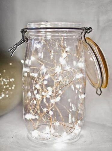 Une guirlande lumineuse dans un bocal pour la déco de Noël http://www.homelisty.com/deco-noel-pas-cher/