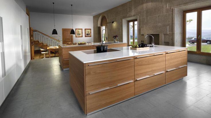Islas con funciones diferenciadas que permiten trabajar en for Catalogo de cocinas integrales de madera