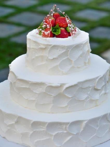 トップにはチャペルを模した飴細工&いちごを添えて(基本ケーキ)