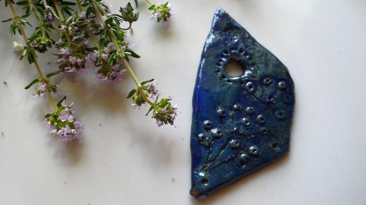 """Pendentif Bleu Jean, """"Yushu"""", Argile gravé, pièce unique : Accessoires pour bijoux par princesse-aglae"""