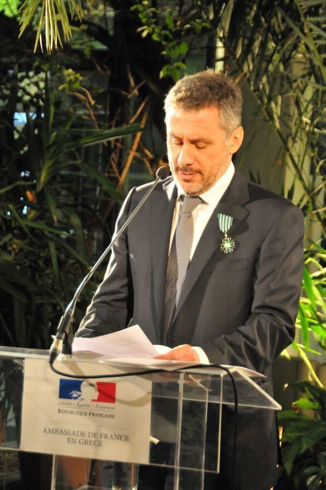 Ο Δημήτρης Στεφανάκης τιμήθηκε με το διάσημα του Ιππότη Γραμμάτων & Τεχνών του Γαλλικού Κράτους από τον Σύμβουλο Συνεργασίας και Μορφωτικής Δράσης της Πρεσβείας της Γαλλίας στην Ελλάδα και Διευθυντή του Γαλλικού Ινστιτούτου κο Olivier Descotes! Θερμά συγχαρητήρια! Είμαστε υπερήφανοι!