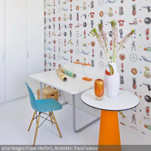 Eine bunt bedruckte Tapete ist ein Hingucker am Arbeitsplatz – viele kleine Motive lösen Assoziationsketten aus und steigern die Kreativität.  - mehr auf roomido.com